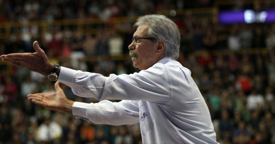 Técnico Hélio Rubens, de Franca, reclama durante derrota para o Brasília