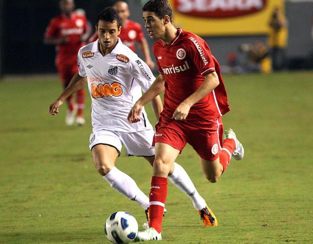 Meia Oscar (d) tenta levar o Inter ao ataque no empate por 1 a 1 com os reservas do Santos na Vila Belmiro; as duas equipes fazem sua estreia no Brasileirão