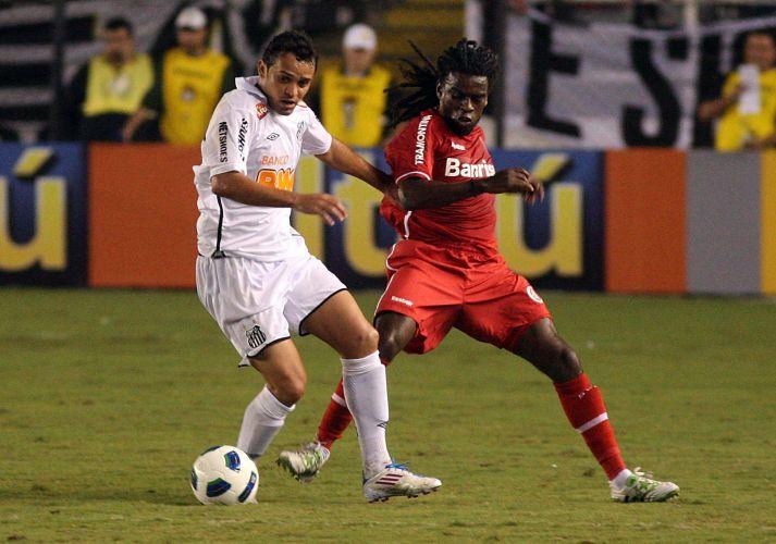 Colordado Tinga (d) aperta na marcação na estreia no Brasileirão contra o Santos; time paulista usa apenas reservas na Vila Belmiro e empata por 1 a 1