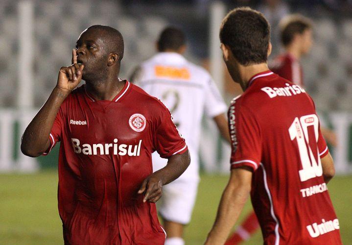 Zé Roberto (e) marca o gol de empate do Internacional contra os reservas do Santos e provoca torcida na Vila Belmiro; equipes fazem estreia no Brasileirão