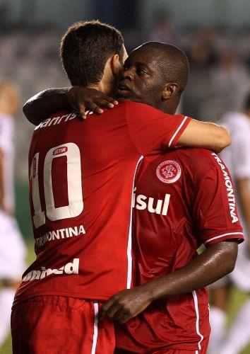 Após empatar a partida para o Internacional contra o Santos, Zé Roberto (d) comemora com Oscar na Vila Belmiro na estreia dos dois times no Brasileirão