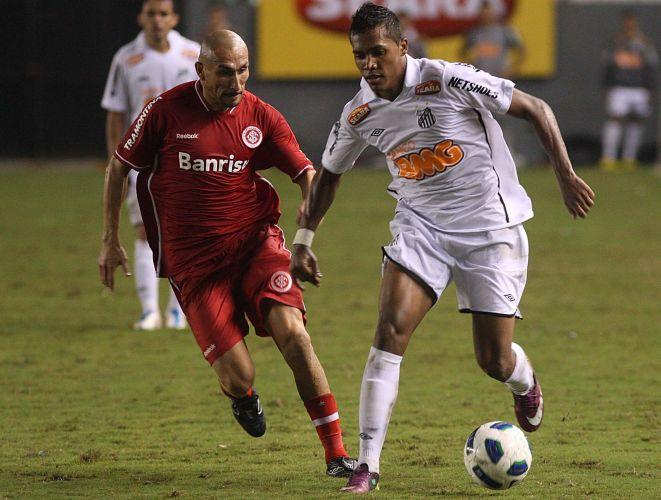 Colorado Guiñazu (e) aperta na marcação no empate por 1 a 1 com os reservas do Santos na estreia dos times no Brasileirão, em duelo na Vila Belmiro