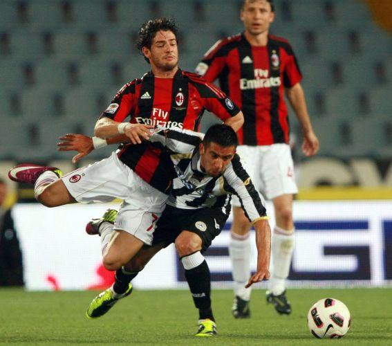 Alexandre Pato entrou em campo pelo campeão Milan na última rodada do Italiano, machucou o ombro esquerdo e precisou deixar o local de maca. Jogador chorou bastante por culpa das dores