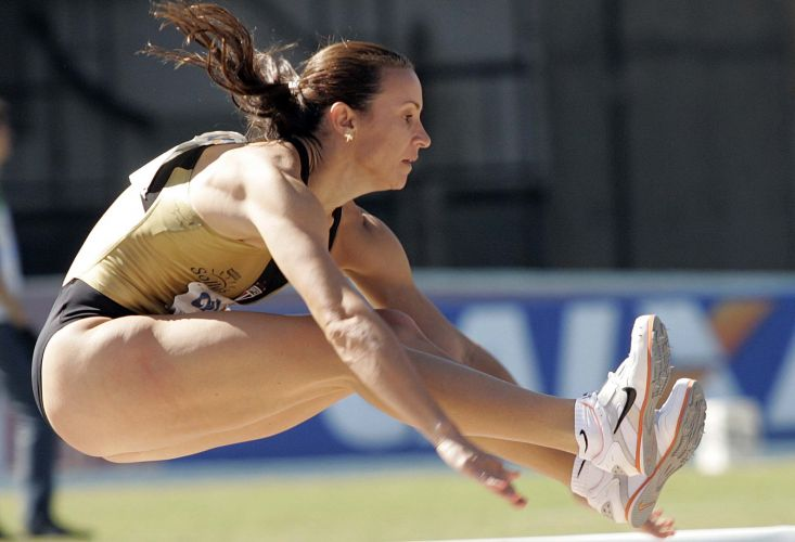 Medalha de ouro em Pequim-2008, Maurren Maggi salta durante meeting em São Paulo