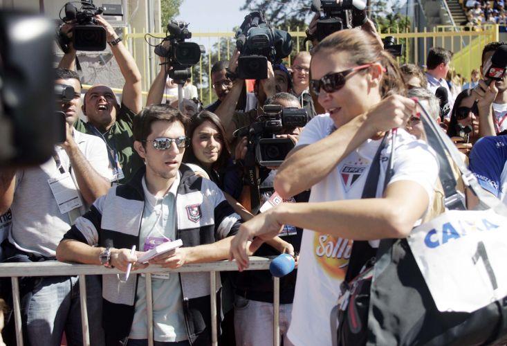 Atleta é assediada pela imprensa em sua saída da pista. Maurren achou que havia estabelecido a melhor marca da temporada no salto em distância neste domingo, mas foi superada pela bielorussa Veronika Shutkova