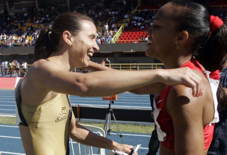 Maurren Maggi recebe o abraço da adversária durante competição em São Paulo.