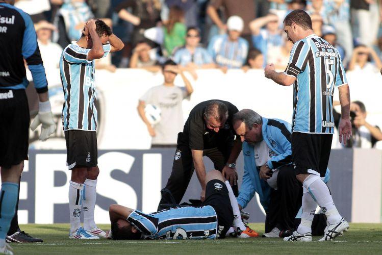 Rodolpho sofre lesão no tornozelo e deixa o gramado durante o jogo entre Grêmio e Corinthians no Olímpico
