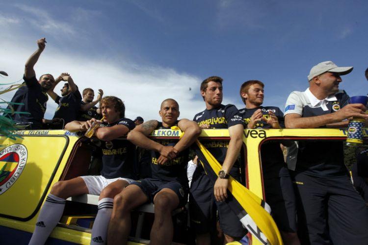 Ao lado de Lugano, Alex observa festa dos torcedores durante desfile do Fenerbahce em carro aberto. Equipe foi campeã turca após a vitória por 4 a 3 sobre o Sivasspor