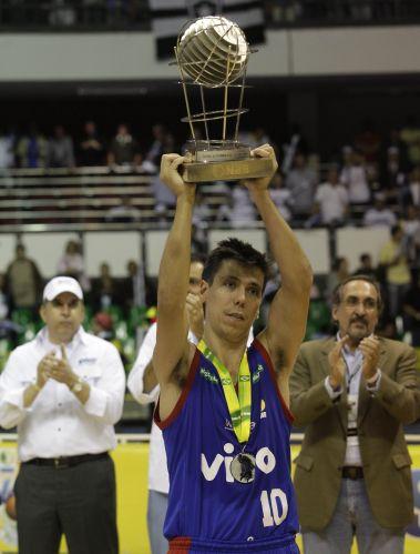 Helinho levanta a taça de vice-campeão do NBB após derrota de Franca para o Brasília