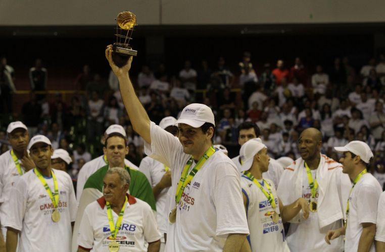 Guilherme Giovannoni recebe o prêmio de MVP do campeonato após a conquista do título do Brasília