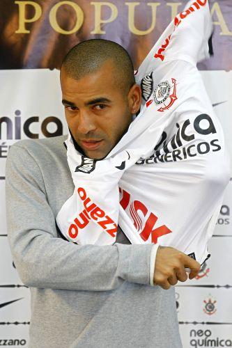 Emerson é apresentado ao Corinthians e comentou a perseguição da torcida do Fluminense