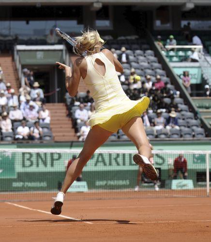 Russa Maria Sharapova dispara o forehand durante a vitória sobre a croata Mirjana Lucic na primeira rodada de Roland Garros
