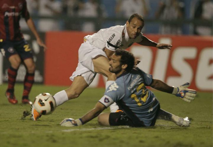 Léo toca na saída do goleiro, mas desperdiça boa chance para o Santos diante do Cerro Porteño