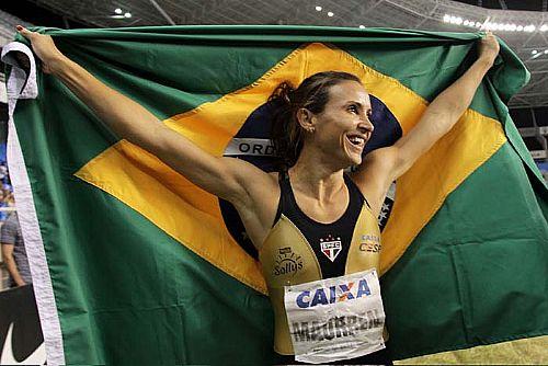 Maurren Maggi comemora a conquista do ouro no salto em distância, no GP Brasil, com a marca de 6,80 m