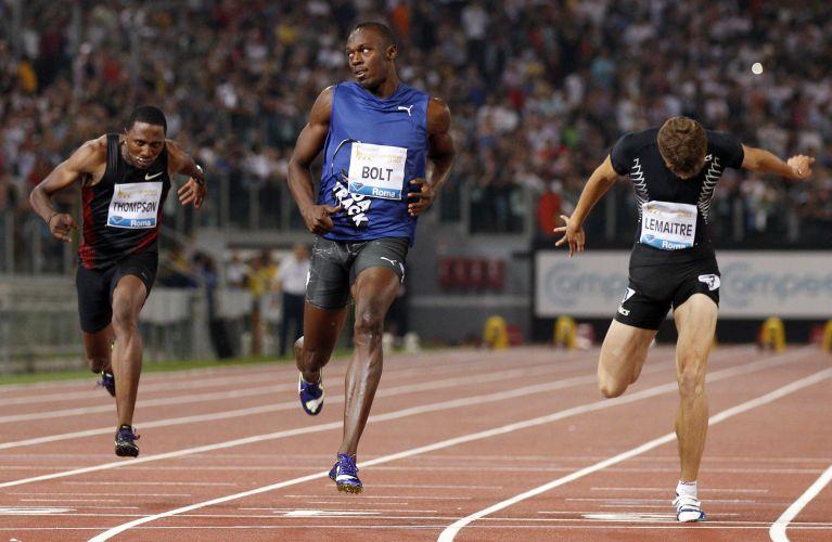 Depois de tanto suar, Bolt olha para o lado com alívio: vitória por apenas 0s02 sobre Asafa Powell, recuperando-se da sua última derrota, há nove meses