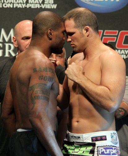 Sempre provocador, Rampage (e) gruda em Matt Hamill durante a pesagem para o UFC 130, em Las Vegas
