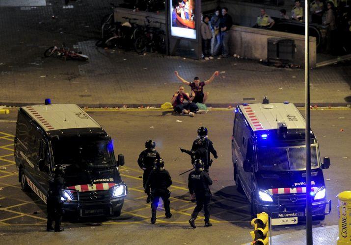 Torcedores se rendem com aproximação da Polícia em Barcelona