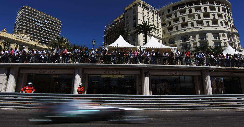 Michael Schumacher atrai olhares ao passar por reta no treino oficial de Mônaco