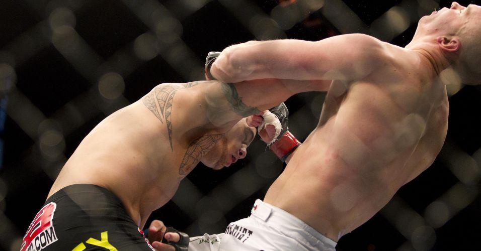 Foto registra momento em que Browne acerta direto que valeu a vitória por nocaute no UFC 130