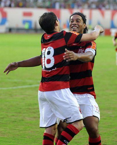 Ronaldinho Gaúcho e Botinelli comemoram o gol do último, que foi o segundo do Flamengo diante do Bahia