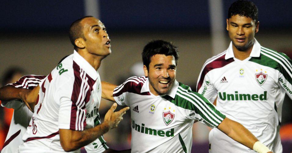 Deco e Gum comemoram com Leandro Euzébio o seu gol pelo Fluminense diante do Atlético-GO, em Goiânia