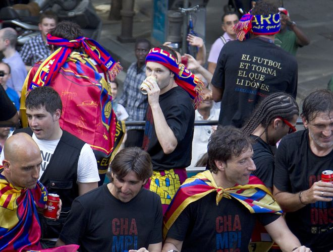 Iniesta observa os detalhes da festa do Barcelona