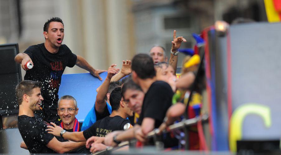 Na comemoração, Xavi molha o companheiro Piqué