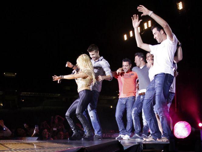 Piqué dança com sua namorada, a cantora Shakira, durante show; jogadores do Barcelona subiram ao palco e comemoraram título da Liga dos Campeões em apresentação da cantora colombiana