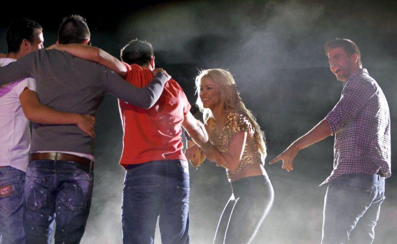 Shakira dança com os jogadores do Barcelona durante show; colombiana se apresentou na cidade catalã e fez a festa com os vencedores da Liga dos Campeões