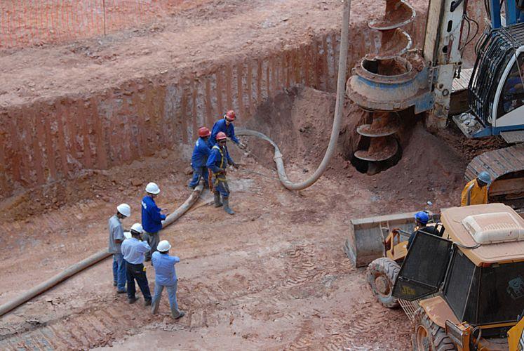Perfuradora trabalha no Mineirão, que está sendo reformado para a Copa do Mundo de 2014.