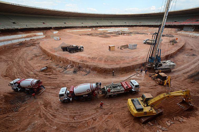 Instalação de tubulão no Mineirão, que está sendo reformado para a Copa do Mundo de 2014.