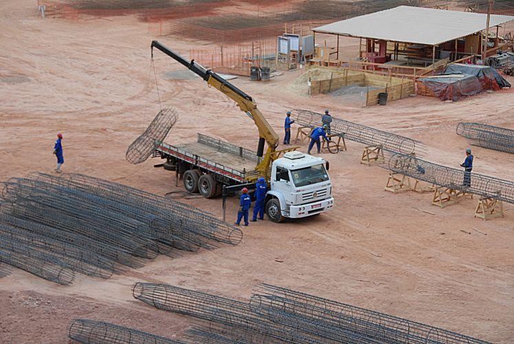 Caminhão recolhe estruturas metálicas do estádio do Mineirão, que está passando por uma reforma.
