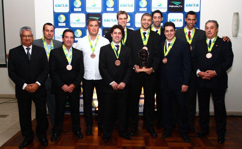 Delegação do Pinheiros recebeu as medalhas e o troféu de terceiro colocado do NBB3