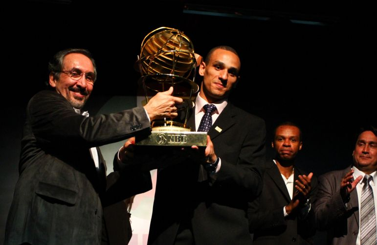 Alex Garcia recebe o troféu de campeão do NBB3 para o Brasília