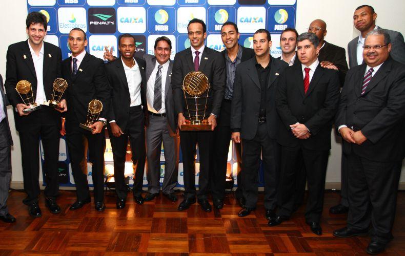 Delegação do Brasília posa para foto após receber troféu de campeão do NBB3