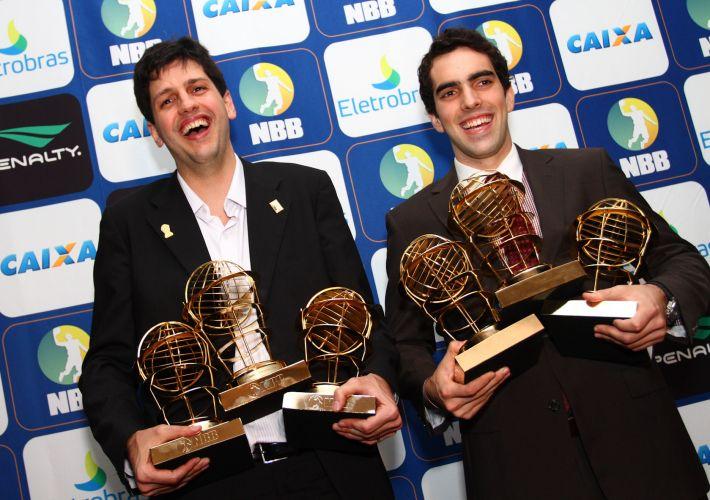 Maiores vencedores da noite, Guilherme Giovannoni (Brasília) e Vítor Benite (Franca) posam com os troféus