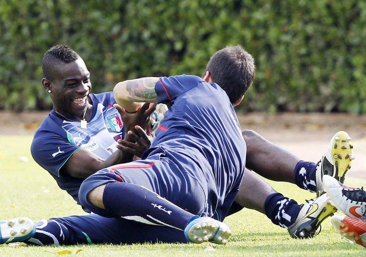 Baoltelli e Emiliano Viviano brincam durante treino da Itália.