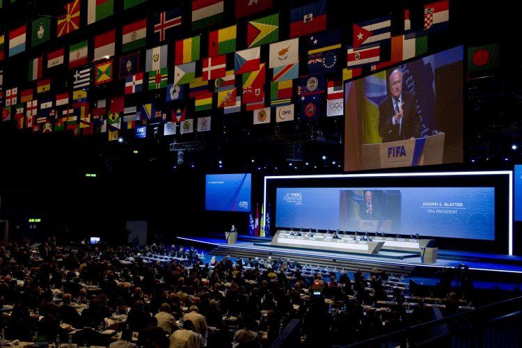 Escândalos de corrupção e suborno marcaram o 61º Congresso da Fifa, realizado nesta quarta-feira na Suíça. Em meio a diversas denúncias de compra de votos, Joseph Blatter, candidato único à presidência da Fifa, assegurou mais um mandato à frente da entidade
