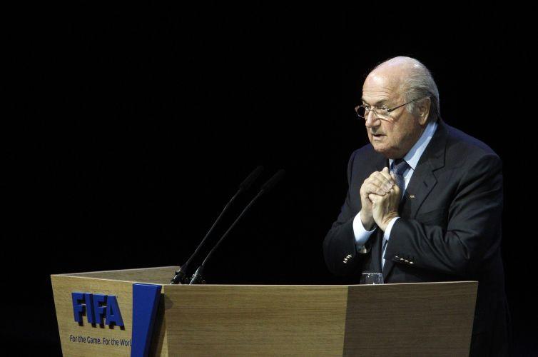 Em meio ao escândalo de suborno durante a votação das sedes das Copas do Mundo de 2018 e 2022, Joseph Blatter propôs mudanças no processo. O dirigente deseja que a escolha das futuras sedes dos Mundiais seja feita nos congressos da entidade, e não mais em reuniões do comitê executivo
