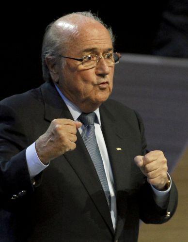 Joseph Blatter assegurou mais um mandato de quatro anos como presidente da Fifa. Em seu discurso no 61º congresso da entidade, dirigente disse que que os problemas da entidade serão resolvidos internamente. ?Nós sabemos que a Fifa é um navio em águas turbulentas. Eu o vejo em apuros, mas acredito que este navio pode ser colocado de volta à rota?, afirmou