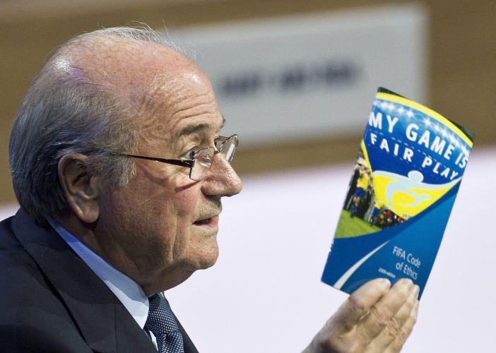 Joseph Blatter segura o código de ética da Fifa durante o 61º congresso da entidade. Suíço, que foi reeleito para mais um mandato como presidente da Fifa, viu-se em meio a escândalos de corrupção e suborno. Em seu discurso, o dirigente se definiu com um