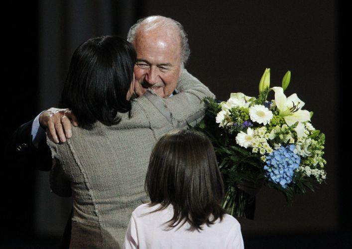 Joseph Blatter recebe os cumprimentos após resultado de eleição para a presidência da Fifa. Suíço recebeu 186 votos e permanecerá mais quatro anos no cargo. Dirigente reafirmou seu compromisso de combater a corrupção