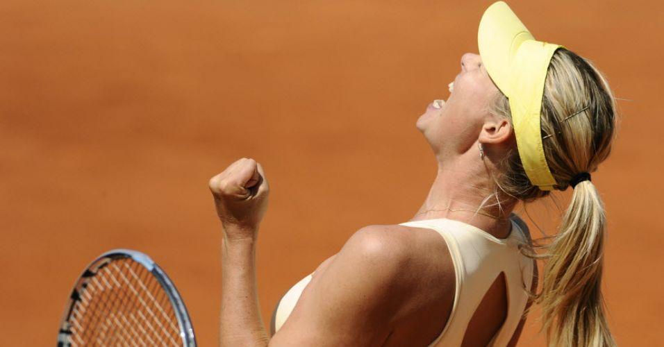 Maria Sharapova comemora vitória sobre a alemã Andrea Petkovic nas quartas de final de Roland Garros
