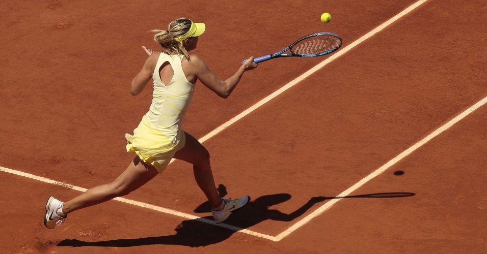 Russa Maria Sharapova prepara devolução na vitória sobre a alemã Andrea Petkovic em Roland Garros
