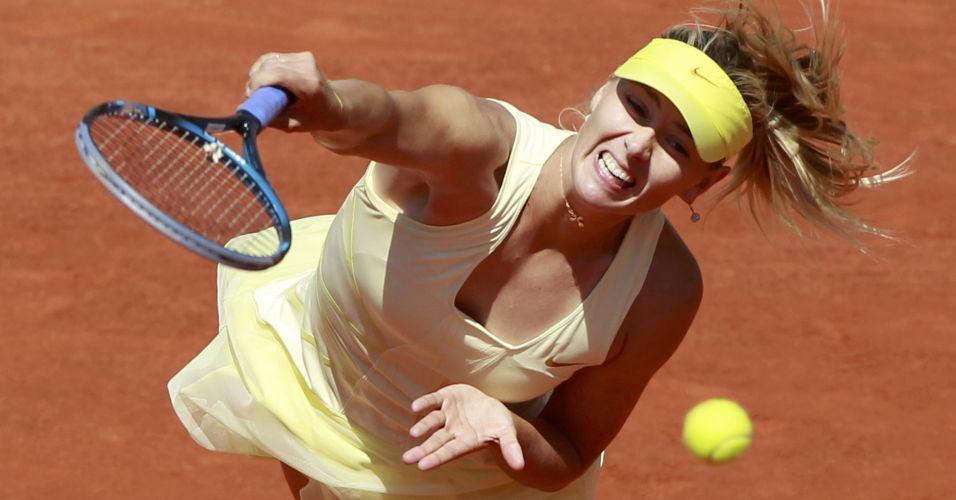 Maria Sharapova saca diante da alemã Andrea Petkovic nas quartas de final de Roland Garros