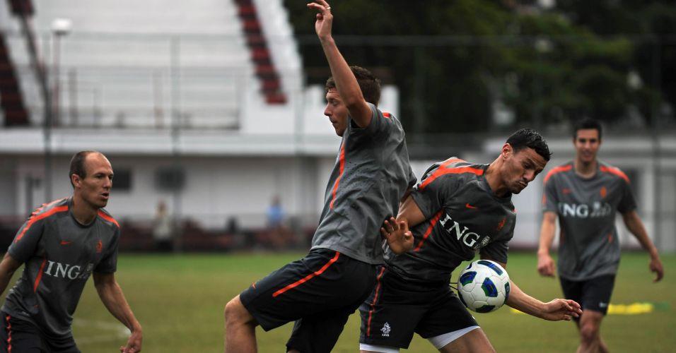 Nesta quarta-feira, os jogadores voltaram ao campo para treinar. Robben (esq.) é o principal astro da Holanda