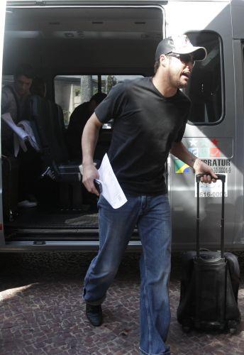 O goleiro Júlio César chegou de van ao hotel