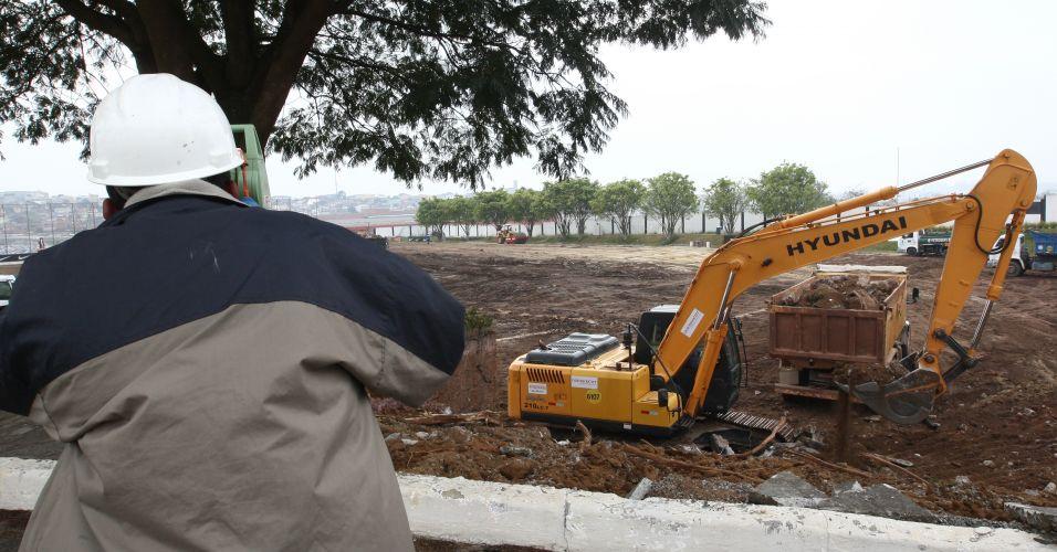 Funcionários trabalham na limpeza do terreno onde será erguido o estádio do Corinthians no bairro de Itaquera, em São Paulo