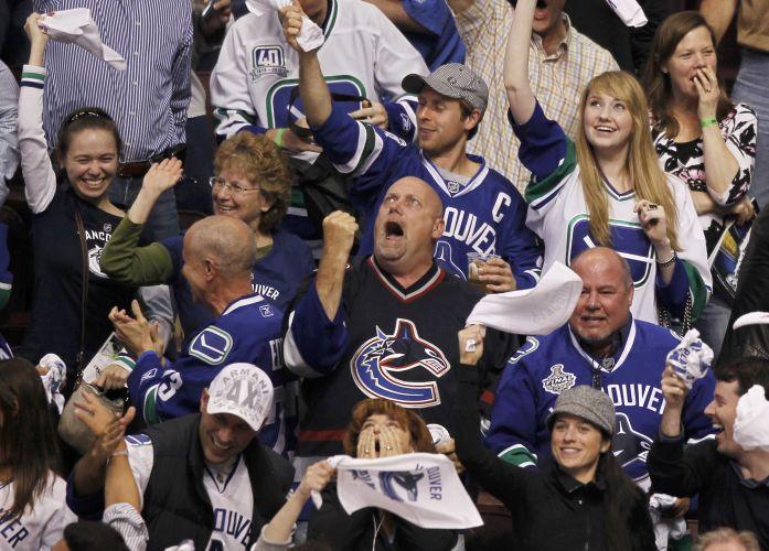 Torcedores comemoram o gol de Raffi Torres, que definiu a vitória para o Vancouver, na primeira partida da final da NHL