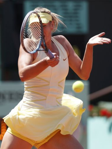 Após um início ruim no primeiro set, Maria Sharapova tentou reagir na partida contra Na Li, na semifinal do torneio de Roland Garros. Russa perdeu por 2 sets a 0 (parciais de 6-4 e 7-5)